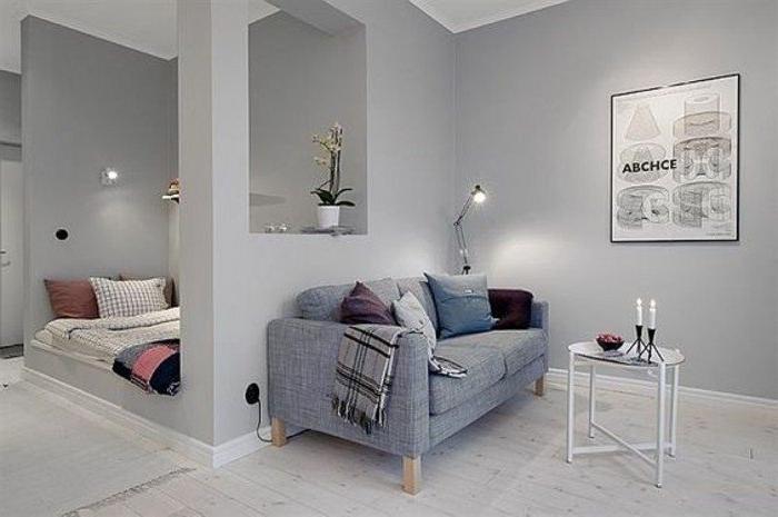 habitación decorada en color gris, sofá de diseño, paredes de parquet, trucos sobre como decorar un estudio