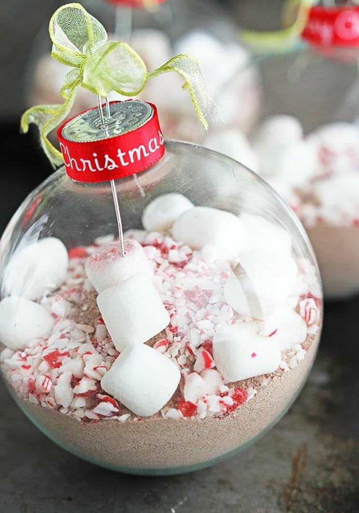 esfera navideña llena de coco y marshmallows, las mejores propuestas de adornos de Navidad DIY
