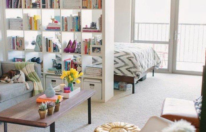 pisos abiertos decorados con mucho encanto, cómo usar una estantería para separar el espacio