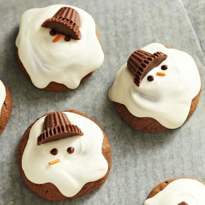 galletas jengibre decoradas como muñecos de nieve con glaseado espeso, originales propuestas de postres para Navidad