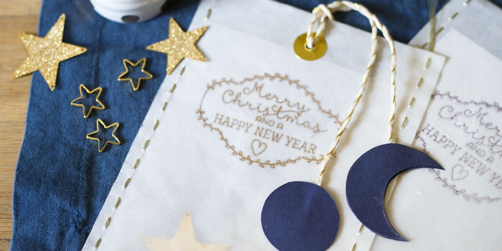 ingeniosas propuestas de tarjetas navideñas manualidades para hacer en casa, tarjeta con bordado en dorado