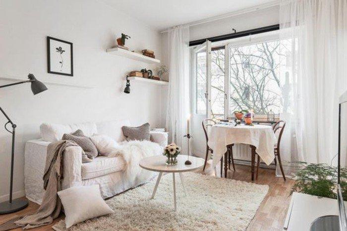 habitación en blanco decorada con detalles en colores pastel, pequeño comedor
