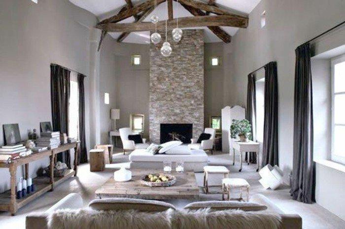 grande salón decorado en estilo rústico moderno con cortinas negras, techo con vigas y paredes grises