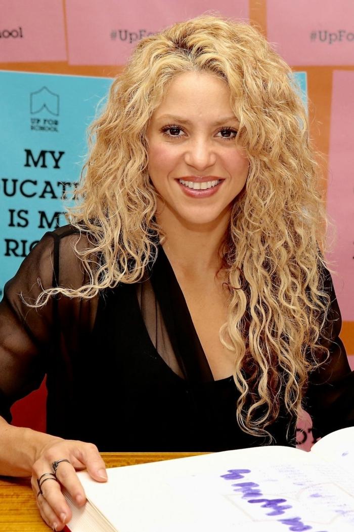 Shakira con larga melena rizada suelta, como llevar el cabello rizado 2018 2019, fotos de celebridades