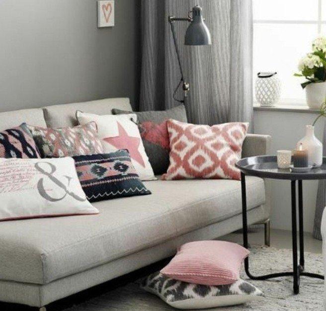 decoracion salon en gris con muchos cojines decorativos, sofá en beige, paredes en gris marengo
