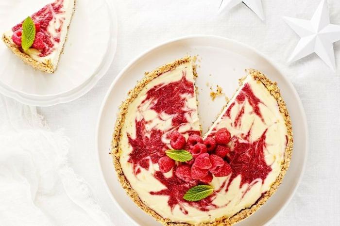 tarta de queso con mermelada de frambuesas y frambuesas frescas, recetas de navidad sencillas y economicas