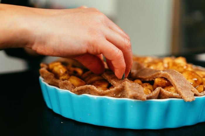 tartas caseras rápidas y fáciles, tarta con relleno de manzanas con canela y vainilla, ideas de postres con ingredientes saludables