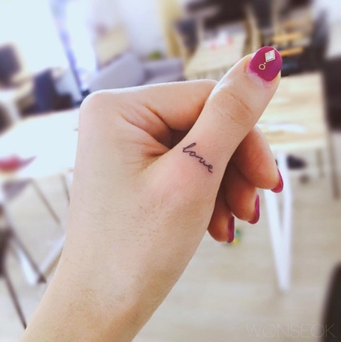 bonitas ideas de tattoos minimalistas, tatuajes en letras en el dedo, pequeño amor tatuado en el pulgar