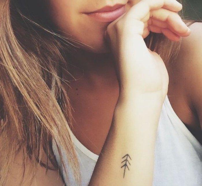 pequeño tatuaje en el antebrazo, tatuajes con flechas, diseños pequeños de tatuajes minimalistas