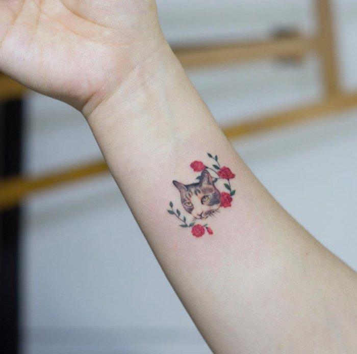 bonitos diseños en colores, tatuaje de gato con flores, tattoos en el antebrazo, diseños con significado