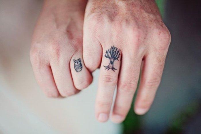 bonitos ejemplos de tatuajes para parejas, tattoos con alto simbolismo, tatuajes en los dedos