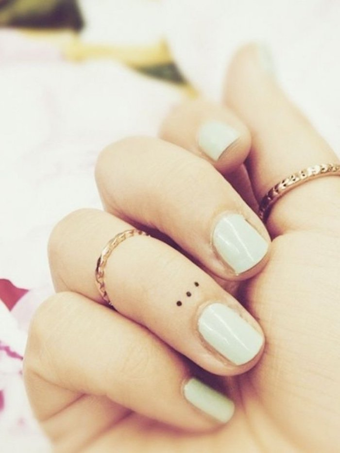 tatuajes minimalistas con gran significado, tres puntos suspensivos tatuados en el dedo