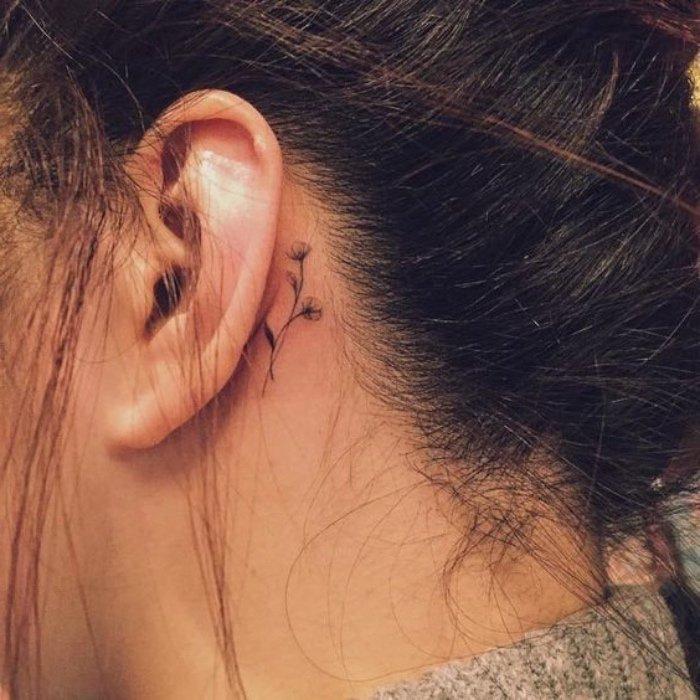 bonito y delicado tatuaje detrás de la oreja, tatuajes mujer con motivos florales, imágenes de tattoos con flores