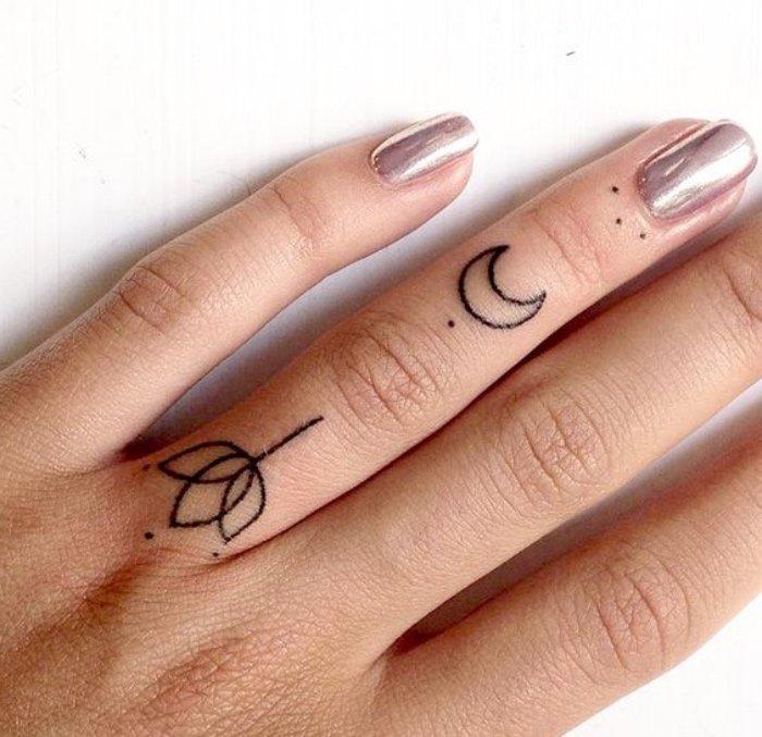 tatuajes chiquitos en los dedos, pequeños tatuajes con grande simbolismo, flor de loto, luna y puntos suspensivos