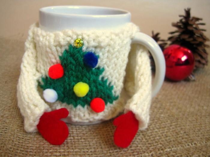 ideas para amigo invisible regalos caseros, abrigo para tazá de te, detalles de lana para regalar en Navidad