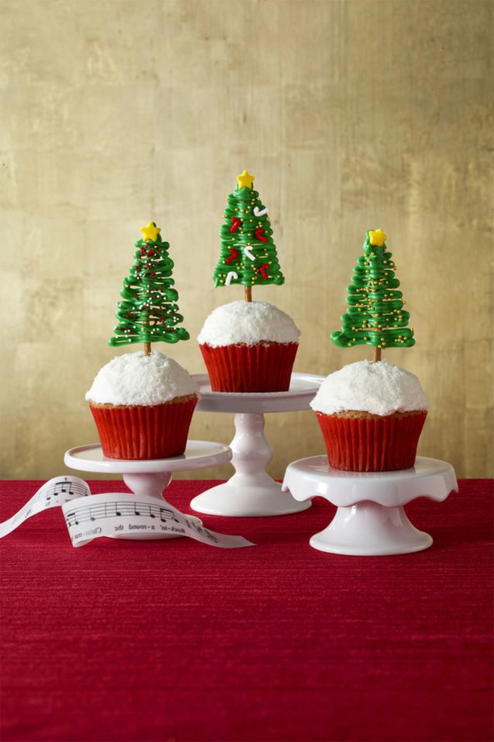 magdalenas de navidad decoradas de manera encantadora, postres navideños sencillos con bonita decoración