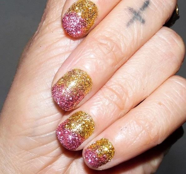precioso diseño de uñas, esmalte con purpurina en dorado y plateado, excelentes ideas de decoraciones de uñas para Navidad