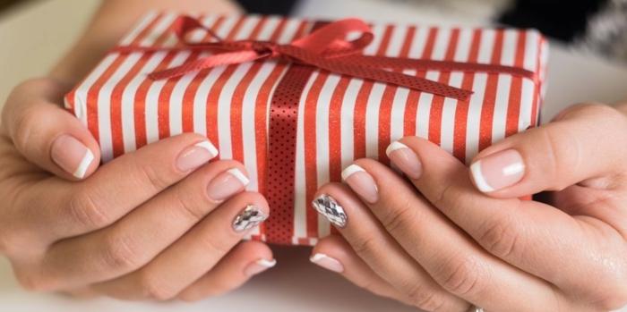 uñas francesas decoradas para Navidad, uñas francesas clásicas con una uña en plateado