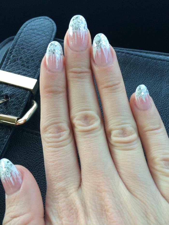 uñas francesas con decoración efecto de nevado, modelos de uñas con decoraciones navideñas