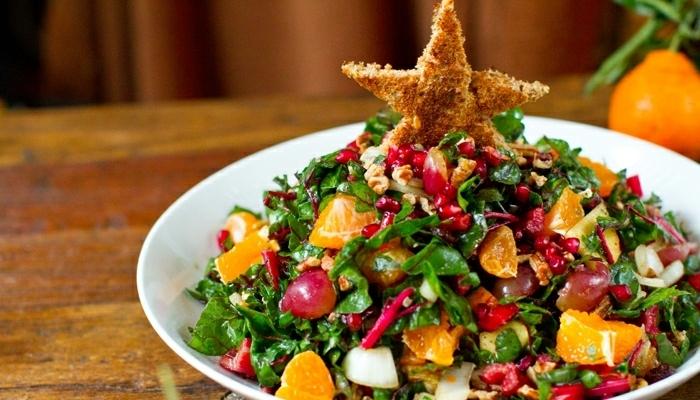 propuestas de ensaladas navideñas ricas para toda la familia, ensalada con verduras y frutas, tostada en forma de estrella