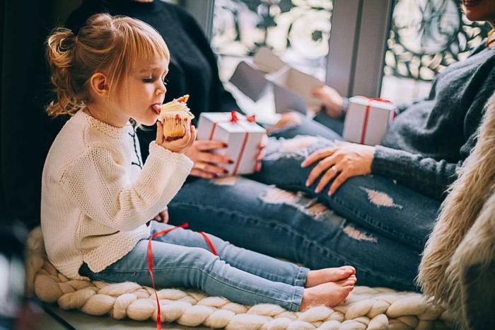 preciosas imagines de navidad para descargar gratis y compartir, niño comiendo dulces navideños