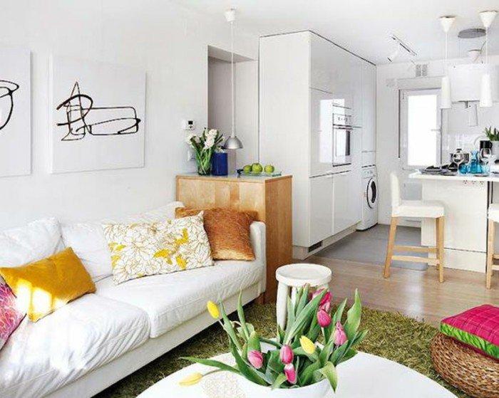 ideas de decoracion salon pequeño en colores claros, sofá blanco, alfombra en gris, suelo de parquet