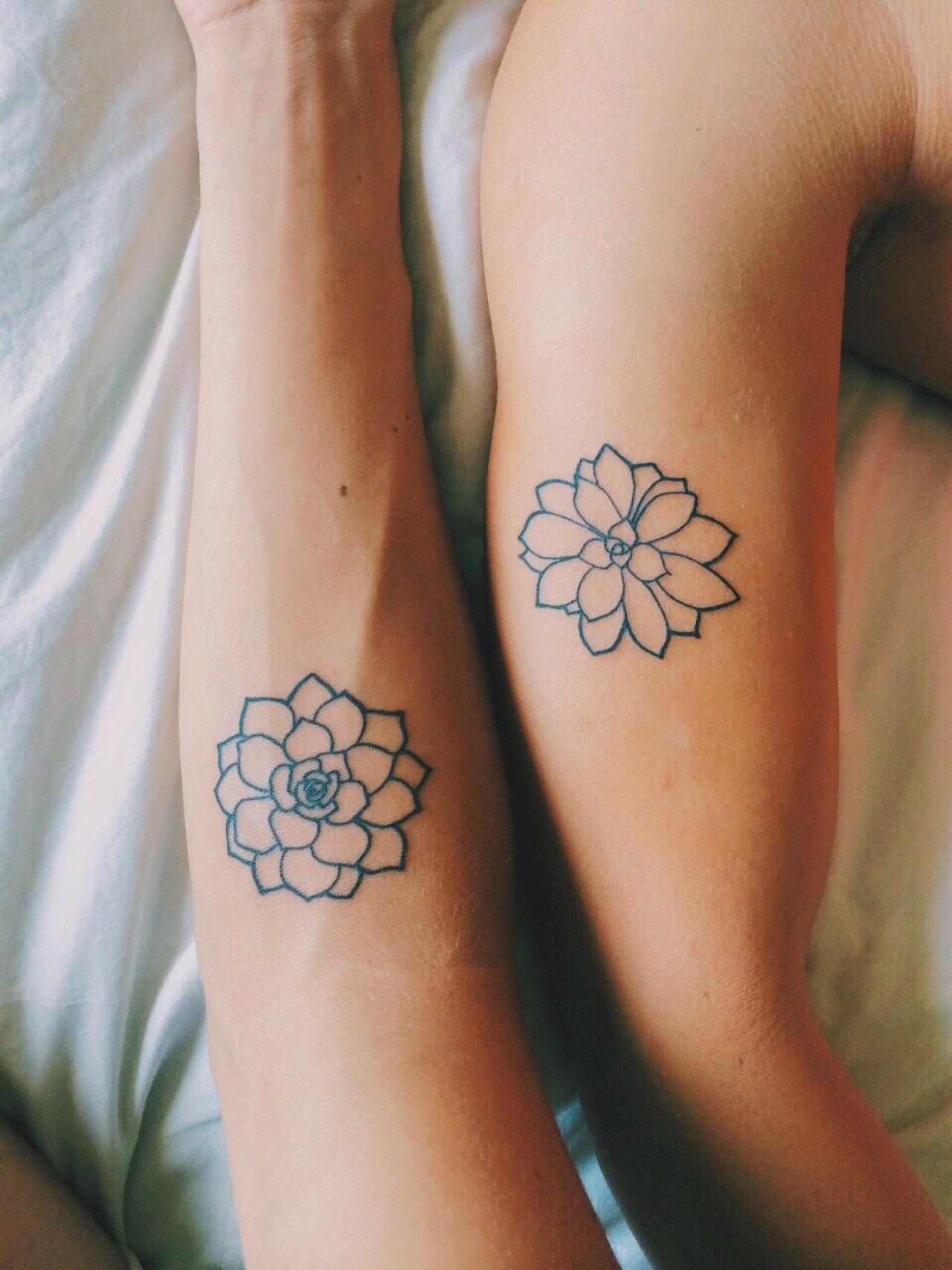 adorables diseños de tatuaje flor, ideas de tatuajes para parejas, tatuajes flor de loto de diseño geométrico