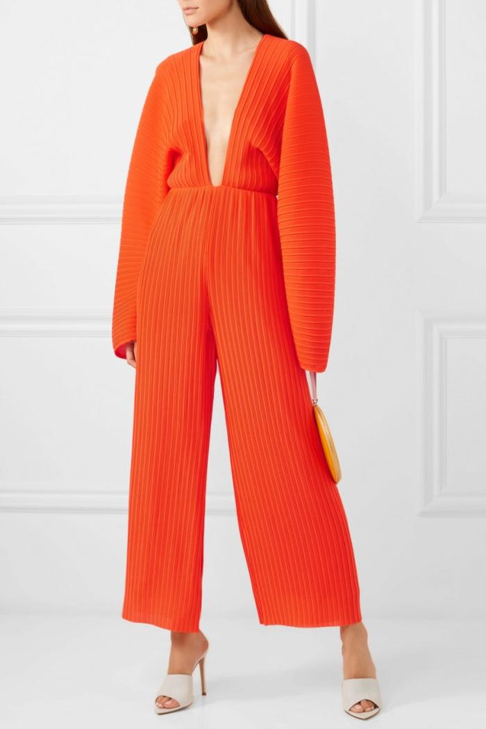 ideas de monos para bodas en imagines, mono color naranja con grande escote, pantalón largo y ancho