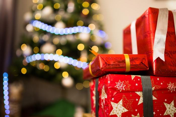 alucinantes fotos para descargar y enviar en navidad, paquetes navideños con embalaje rojo