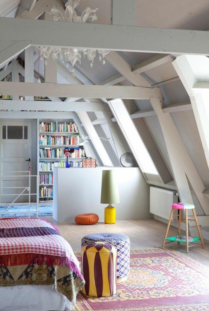 espacio abuhardillado, techo con vigas, decoracion salon pequeño en gris, estantería con libros