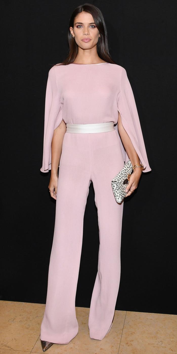 elegantes propuestas de monos para bodas, Sara Sampao en un atuendo color rosado claro