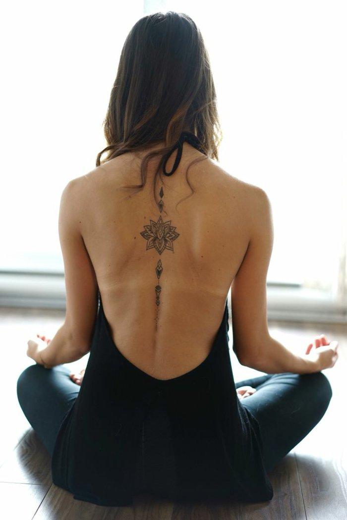ideas de diseños de tatuaje flor de loto en la espalda, las mejores propuestas de tatuajes con motivos florales