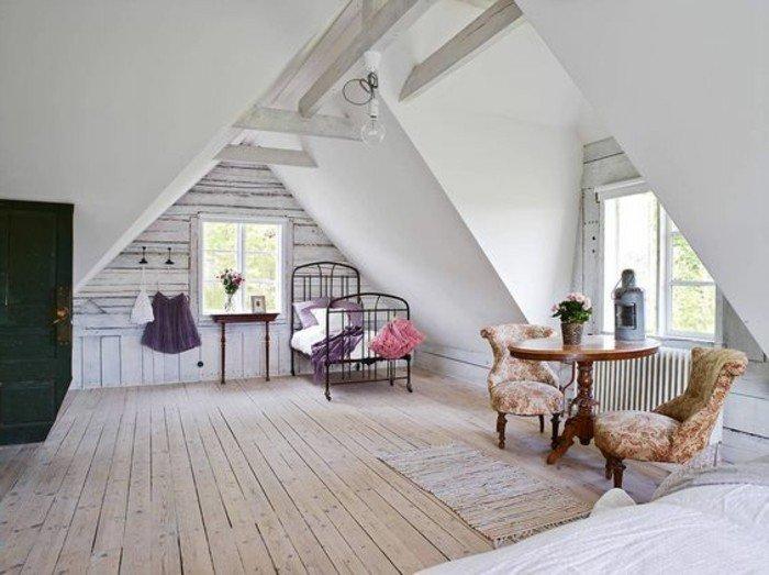 buhardilla decorada con mucho encanto, suelo de madera, paredes blancas, sillones de diseño, decoracion salon pequeño