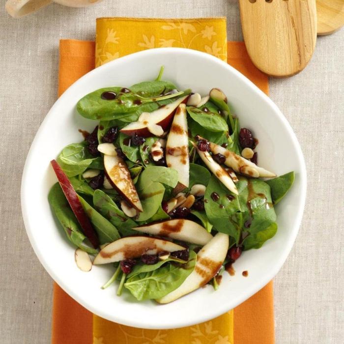 ideas de ensaladas originales para navidad, ensaladas saludables con ingredientes ligeros, espinacas, manzanas, vinegreta balsámica
