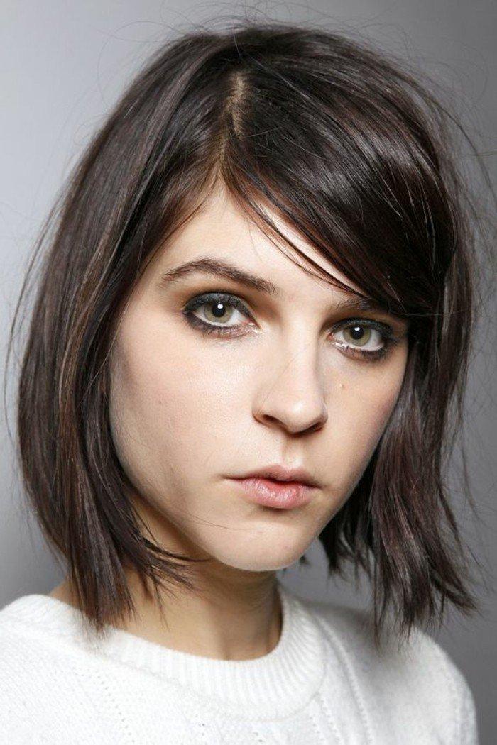 cabello corto con flequillo lateral, ideas de peinados para pelo castaño con mechas claras