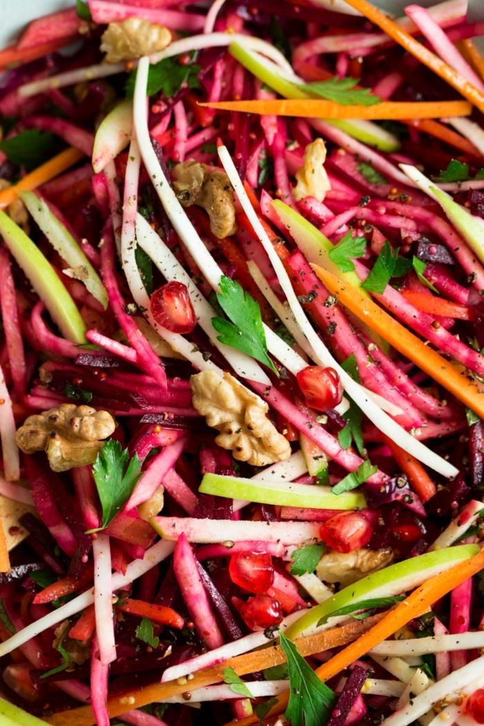 ensaladas originales para veganos y vegetarianos, ralladura de remolacha, zanahorias, manzanas, nueces y granada