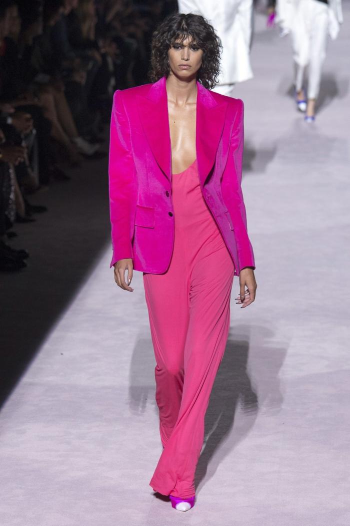 fotos de monos para bodas en colores modernos, atuendo mujer en color fucsia, chaqueta larga en el mismo color