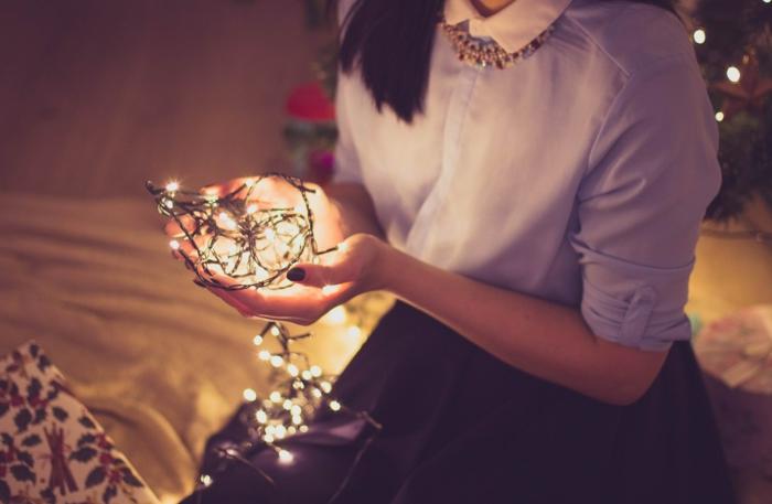 fotos de navidad que inspiran, chica con bombillas de Navidad, descargar fotos navideñas gratis