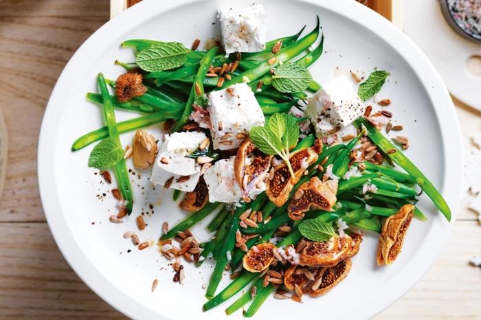 ricas ensaladas originales con ingredientes verdes, judías verdes, hierbabuena, higos y queso blanco