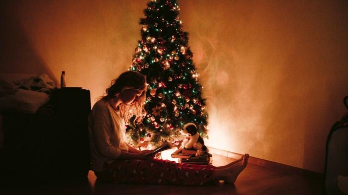 adorables momentos captados en fotos, fotos de navidad acogedoras y bonitas, árbol de navidad decorado