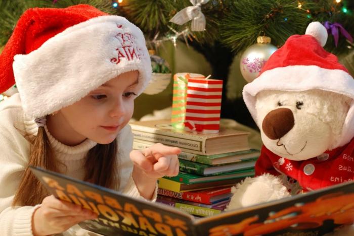 fotos de navidad que inspiran para descargar y enviar a tus seres queridos, niña con gorra de papá noel