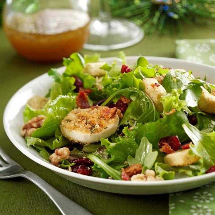 ensalada verde con huevos, quesos, nueces y frutas secas, recetas navideñas sencillas