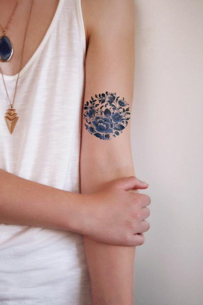 maravilloso tatuaje con violetas en azul en el brazo, tatuajes de flores bonitas y originales