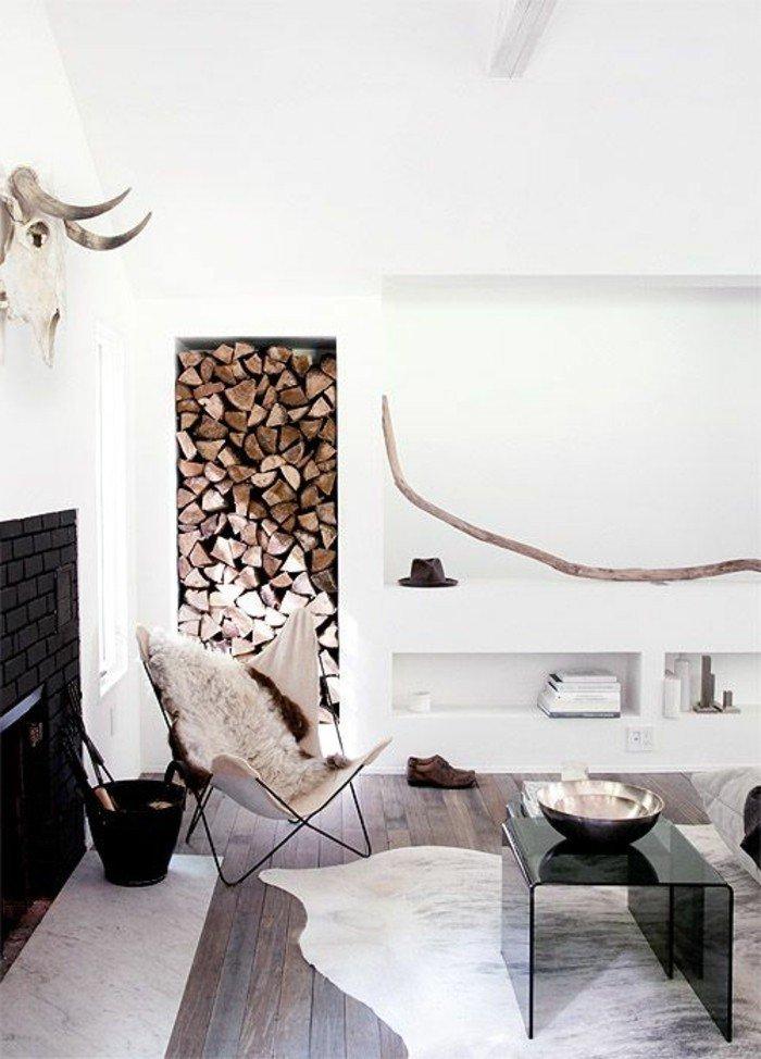 decoración salón pequeño en estilo escandinavo, paredes blancas con decoración rústica, almacenamiento de leña