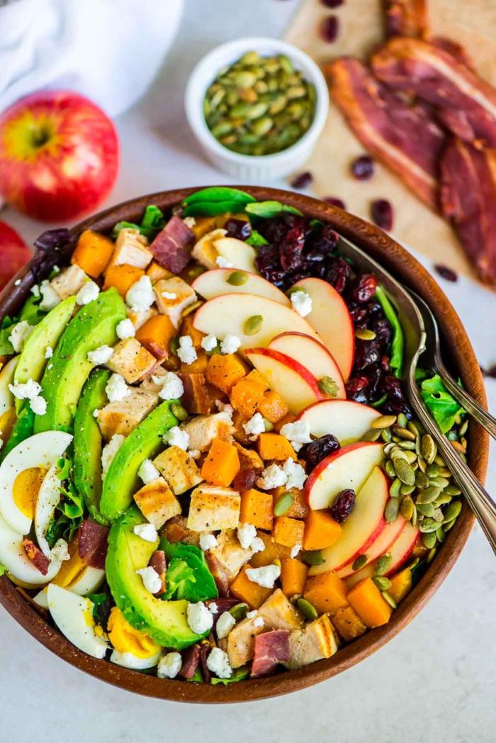 rica ensalada con huevos cocidos, aguacate, batatas, manzanas, semillas y frutas secas