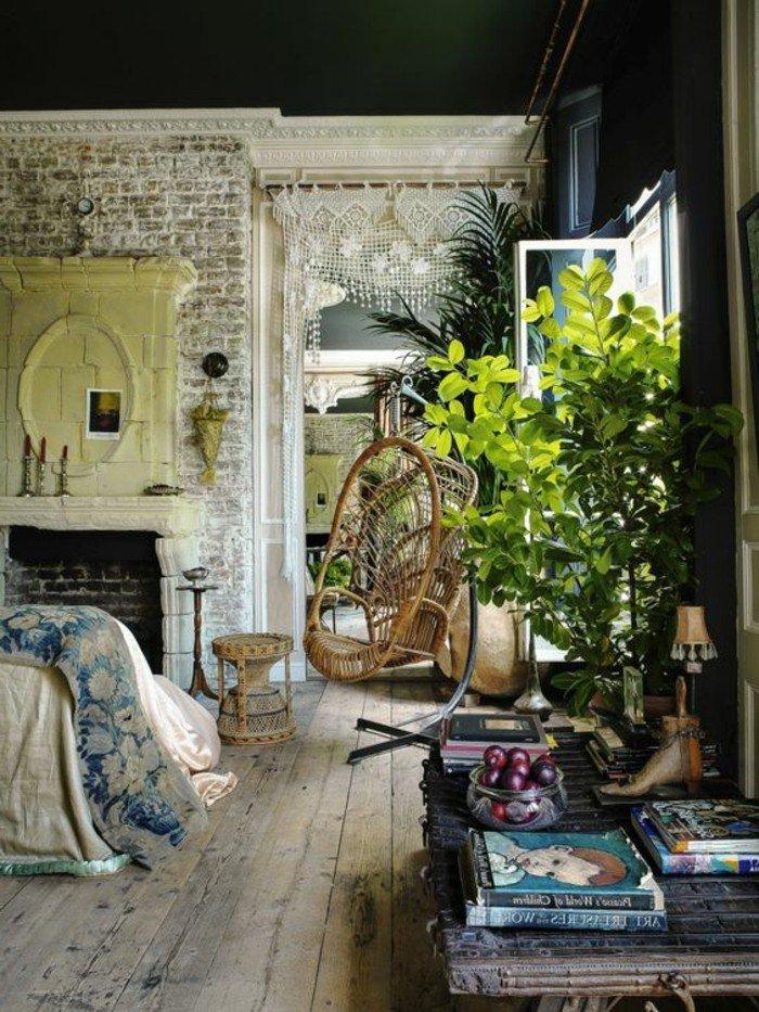 decoración salón pequeño con muebles vintage, chimenea de leña, pared de ladrillo y plantas verdes