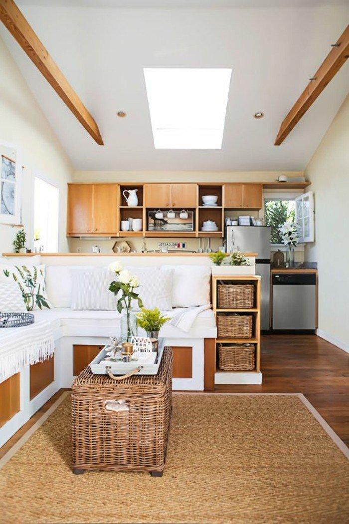 estudio pequeño super funcional decorado con muebles de mimbre y madera, decoración salón pequeño en blanco y beige