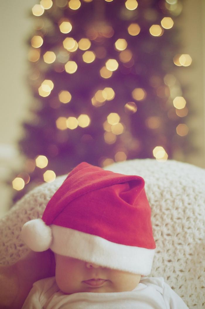 fotos de navidad super tiernas de niños pequeños y bebés, bebé pequeño con gorra de papá noel