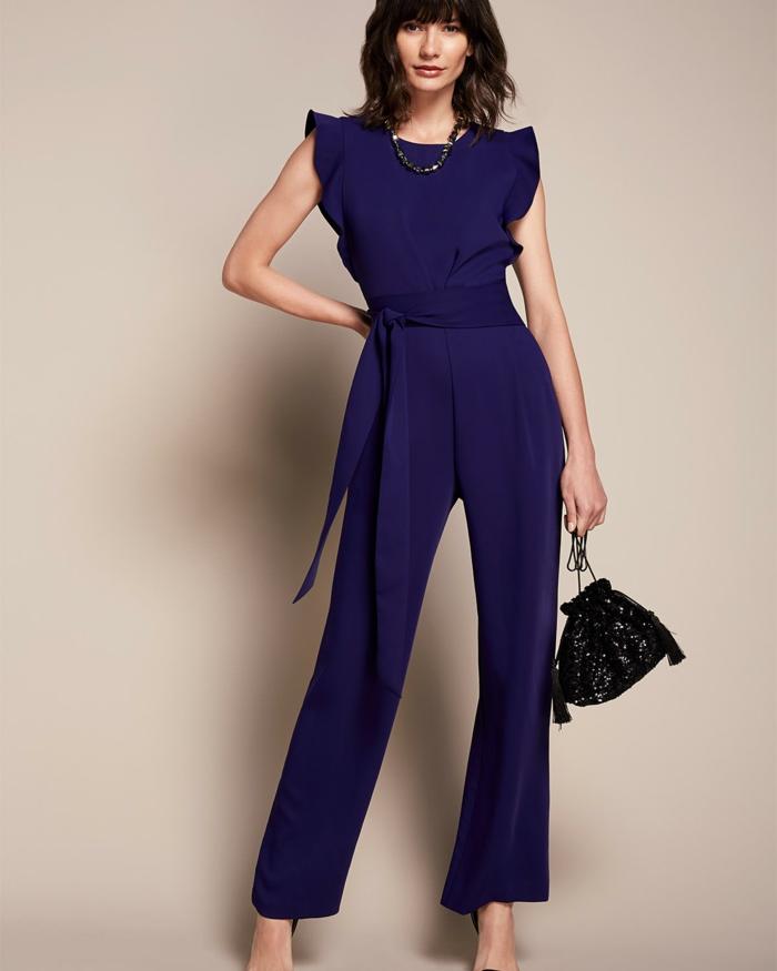 diseño sofisticado color lila oscuro, monos de fiesta originales y bonitos, mujer vestida para ir de boda