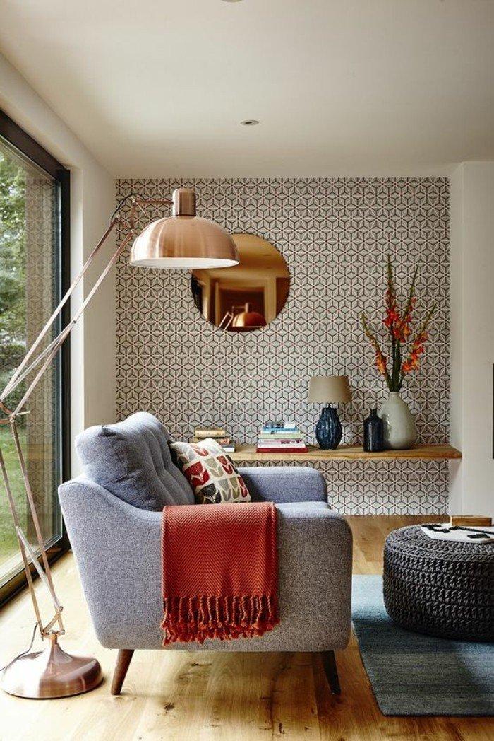 decoración salón pequeño decorado en tonos neutros, pared con papel pintado, sofá en gris